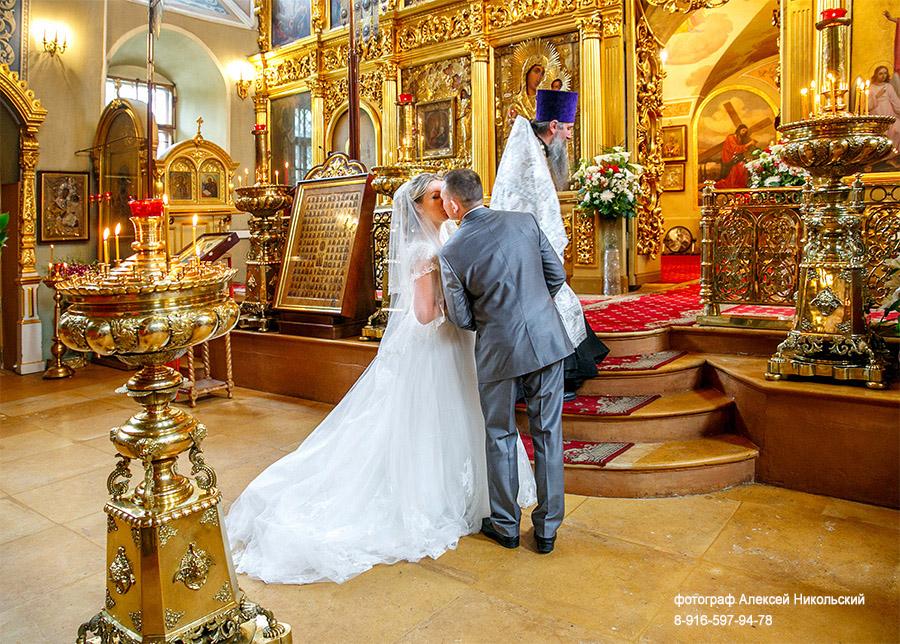 Многие россияне считают тамаду и дискотеку на свадьбе важнее венчания, выяснили социологи