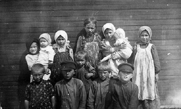 Крестьянские дети. Фофоновская слобода в Ряжске. Автор фотографии: неизвестен.
