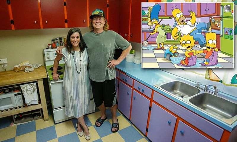 Пара воссоздала легендарную кухню Симпсонов в собственном доме