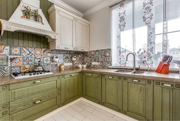 оливковый цвет фасада кухни в стиле прованс