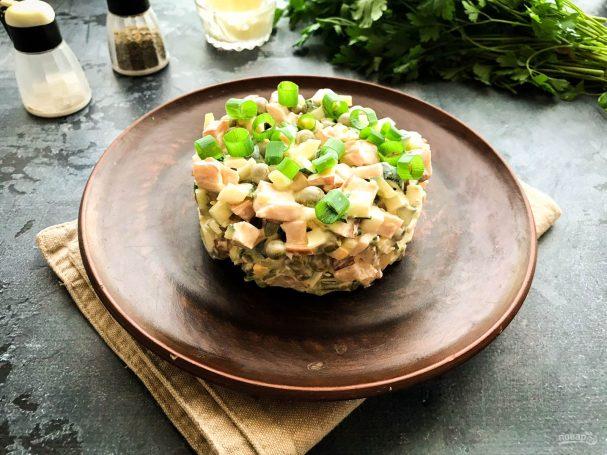 Салат с копченой курицей и горошком салаты