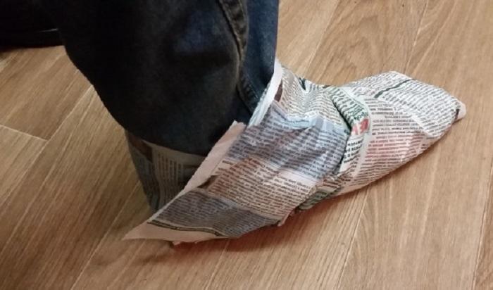Перед тем как обуться, следует обмотать ноги газетой / Фото: novostivoronezha.ru