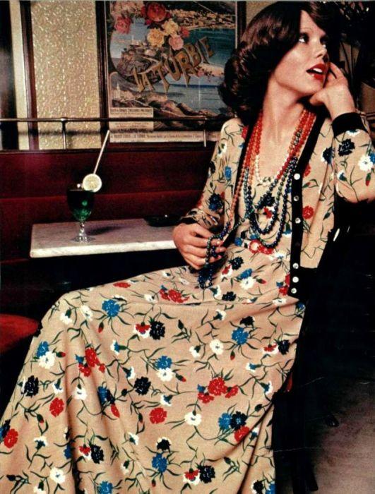 Легкое платье из струящейся ткани дополнено разноцветными бусами.