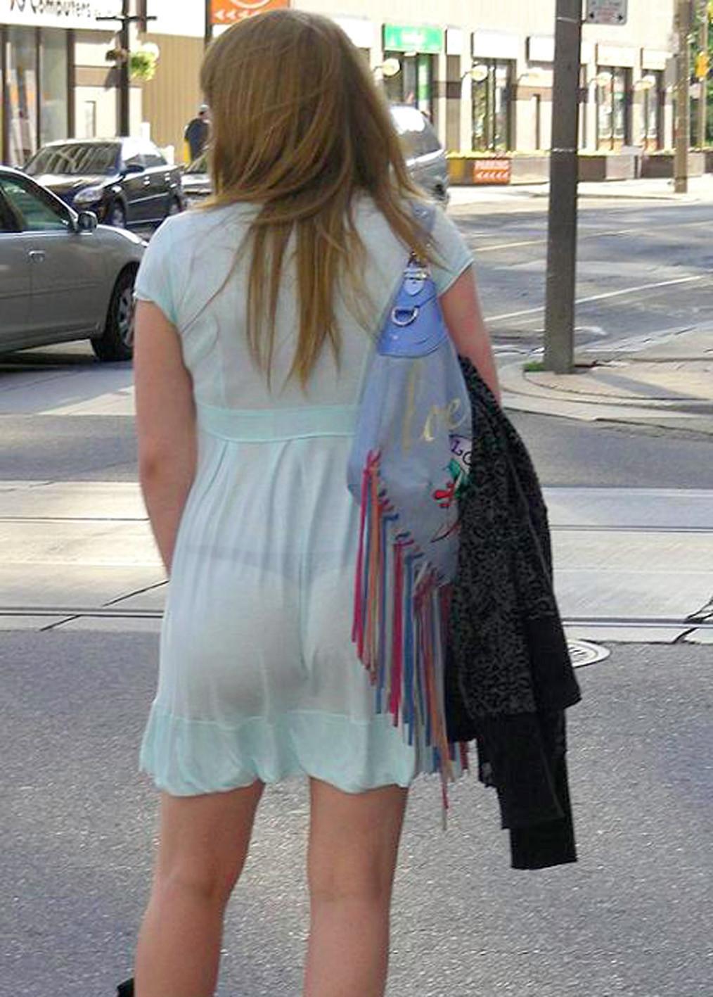 Девушки без белья в просвечивающей одежде на улице — photo 2