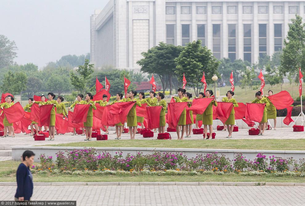 Женщины оттачивают мастерство выступления с флагами.