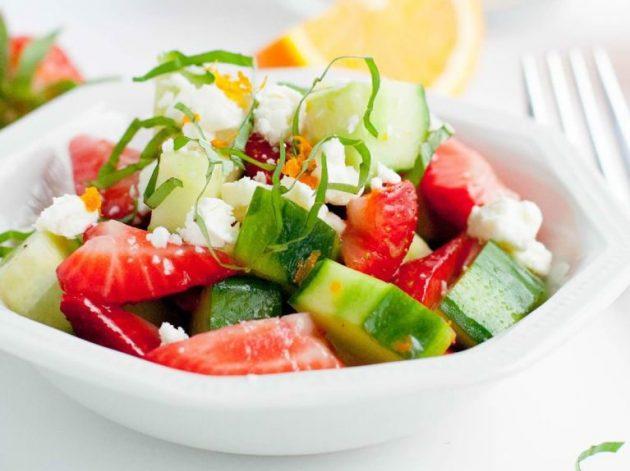 Огуречный салат с клубникой, фетой и базиликом