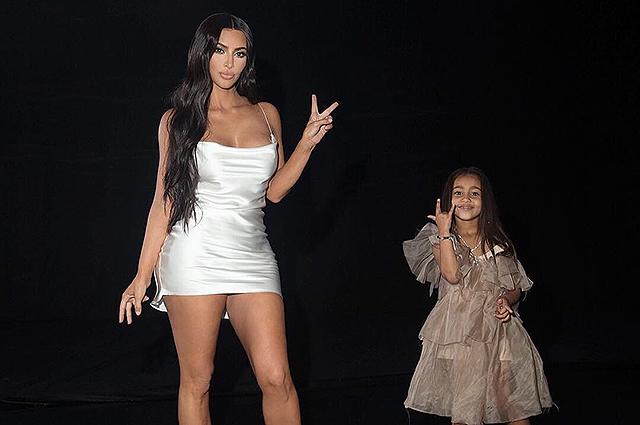 Ким Кардашьян сфотографировалась с дочерью Норт, а поклонники удивились их сходству