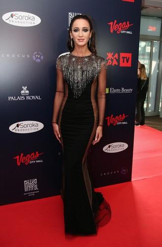 Бузова пришла на премию Fashion в голом платье