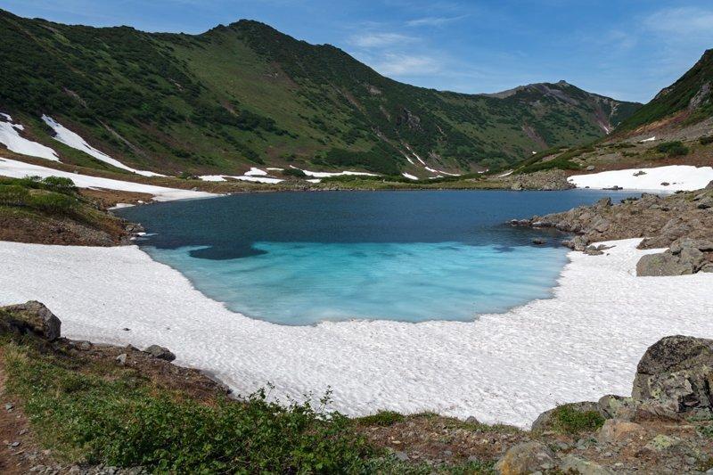 Живописные Голубые озера расположились в горах, на высоте около 800 метров. Озера имеют голубые, зеленые и фиолетовые оттенки, за что и получили свое название. Их соединяют небольшие ручейки, а из последнего озера вытекает небольшая речушка Половинка Russia, travel, животные, камчатка, факты