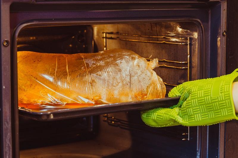 Как запечь свинину в рукаве