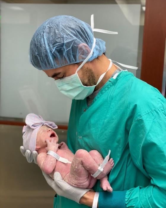 Энрике Иглесиас с новорождённой дочерью. Счастливый папа под этой фотографией написал: «Моё Солнышко». / Фото: www.instagram.com