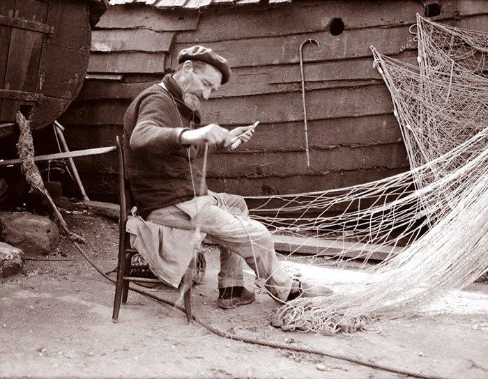 Французский рыбак чинит сети. Нормандия, Этрета ХХ век, винтаж, восстановленные фотографии, европа, кусочки истории, путешествия, старые снимки, фото