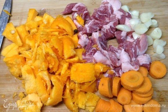 Смешали остатки мяса, чеснока, тыквы, соль, перец, приправа... Тут вот та самая морковка завалявшаяся попалась :)