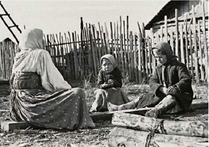 Девочки помогают по хозяйству. Автор фотографии: неизвестен.