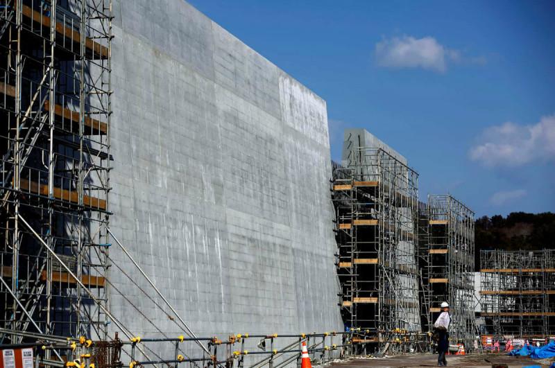 Побережье Японии, поврежденное цунами 2011 года, оградили 12-метровой стеной