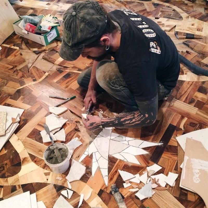 После того, как вся деревянная часть пола была готова, началась работа над «птицами». Для этого были использованы поломанные керамические плитки искусство, креатив, необычные проекты