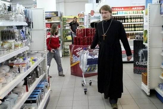 Удивительная история знакомства: Священник в супермаркете разложил продукты на кассе и услышал: «О, смотрите, поп сколько себе понабрал…»