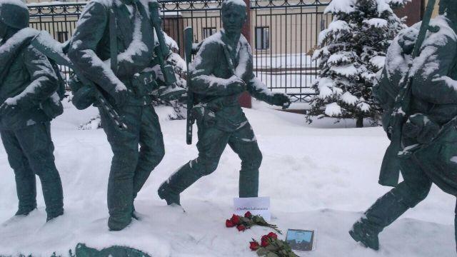 Это вам за пацанов: москвичи несут цветы к зданию Минобороны