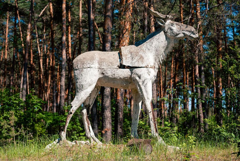 Бетонный лось в заброшенном советском пионерском лагере