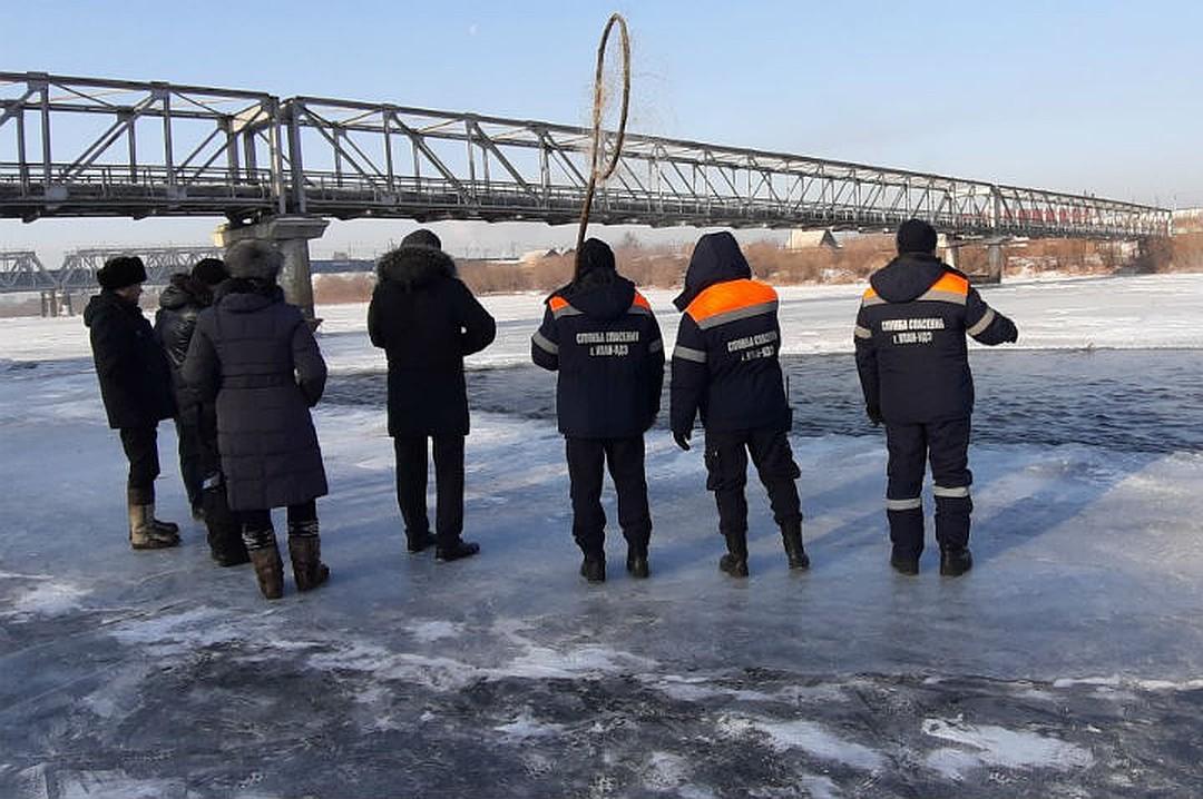 Чтобы вытащить утку развернулась целая спасательная операция. Фото: предоставлено Олегом Лухневым.
