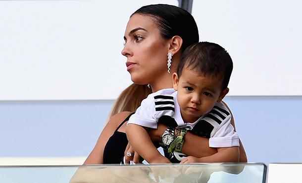 Группа поддержки: Джорджина Родригес  с детьми посетила матч Криштиану Роналду