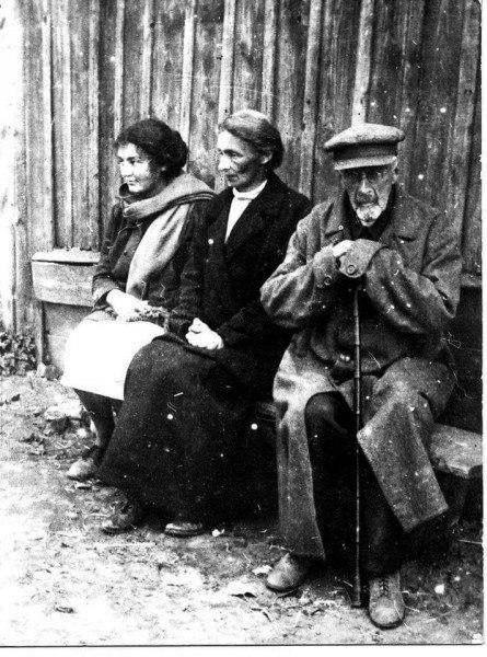 """""""Буржуи недобитые"""". Занятнейшее фото одного деда, невестки и внучки"""