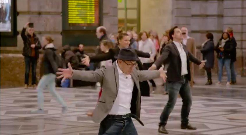 Заиграла музыка и мужчина внезапно затанцевал посреди вокзала. А дальше началось нечто потрясающее!