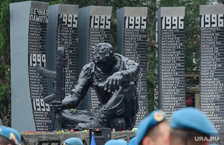 В Интернете высмеяли установленный в Башкирии памятник воинам-интернационалистам. «Какой-то урка с автоматом». ФОТО