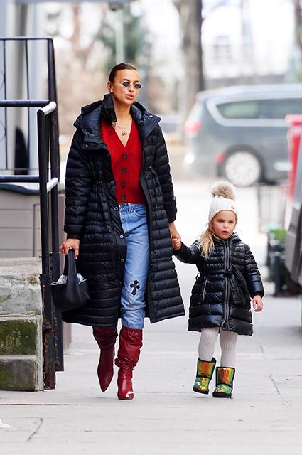 Рождественский настрой: Ирина Шейк в красном кардигане на прогулке с дочерью Леей Звездные дети