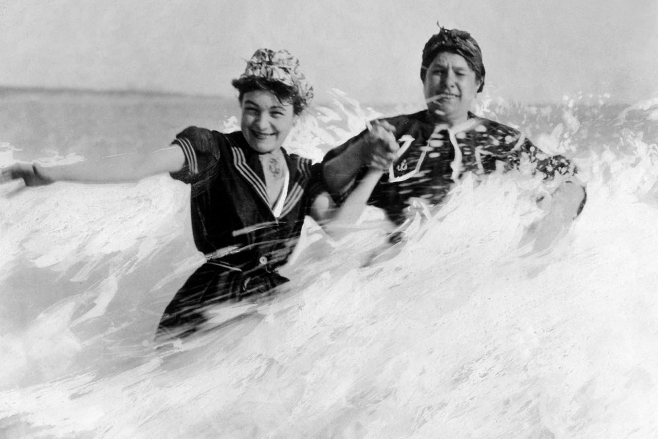 Волна. Примерно 1905 г. 100 лет назад, 20 век, архивные снимки, архивные фотографии, пляж, пляжный отдых, черно-белые фотографии, чёрно-белые фото
