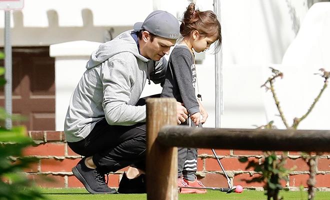 Эштон Катчер научил дочь Уайетт играть в гольф