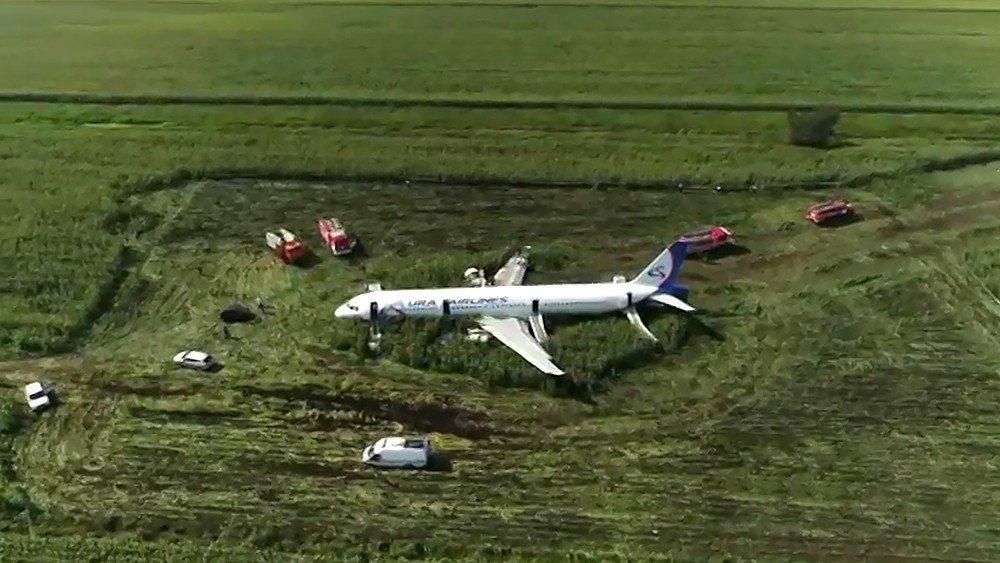 Чудесные спасения: самые удачные аварийные посадки самолетов невероятное на дорогах,самолеты
