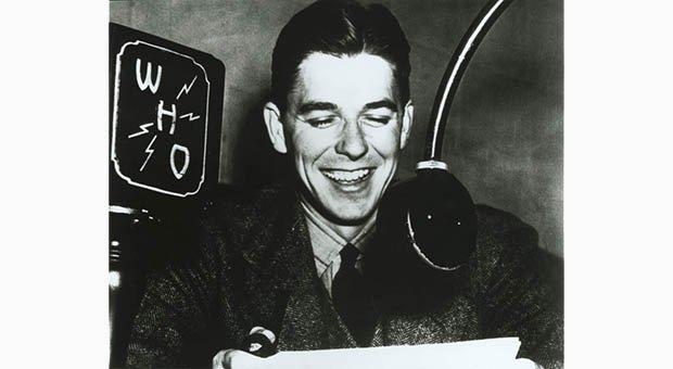 Рональд Рейган во время работы радиоведущим.