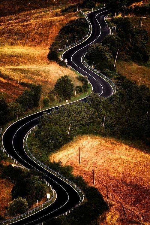 И просто прямая, без всяких поворотов дороги, какой большой мир, красота, умиротворение, фотомир