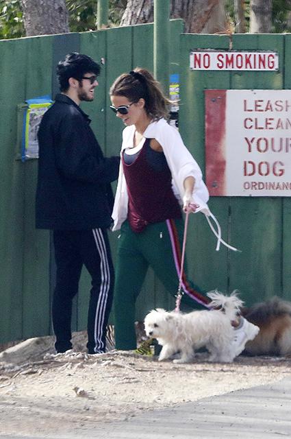 Кейт Бекинсейл на прогулке с новым молодым бойфрендом Гуди Грейсом: первые фото Звездные пары