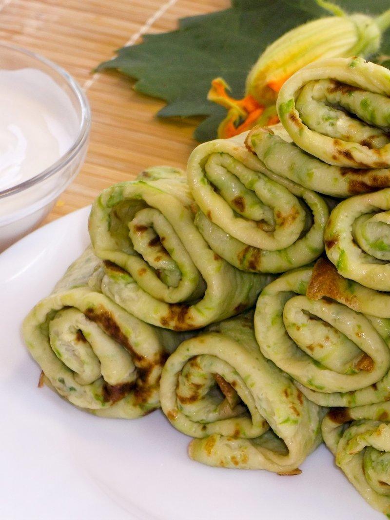 Тонкие зеленые блинчики из кабачков