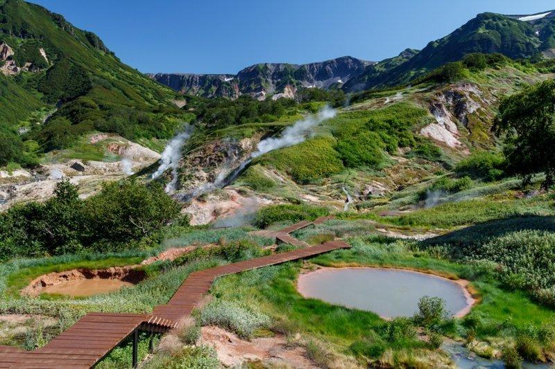 Долина Гейзеров—единственное в Евразии и одно из самых больших гейзерных полей в мире. Именно это место можно назвать главной достопримечательностью Камчатки. Место, доступное только тем, кто отправился на вертолетную экскурсию. Гейзеры, горячие ис Russia, travel, животные, камчатка, факты