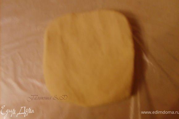 Готовое Тесто разделить на 4 части. А можно и на 2, в зависимости, от того, какими вы хотите видеть свои штрудели, маленькими или большими))), Сформировываем из кусочов теста в небольшие плоские прямоугольники и оборачиваем каждый пищевой пленкой и отправляем в холодильник.