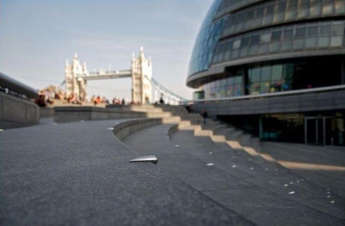 Для чего на улицах Лондона закреплены железки разной формы