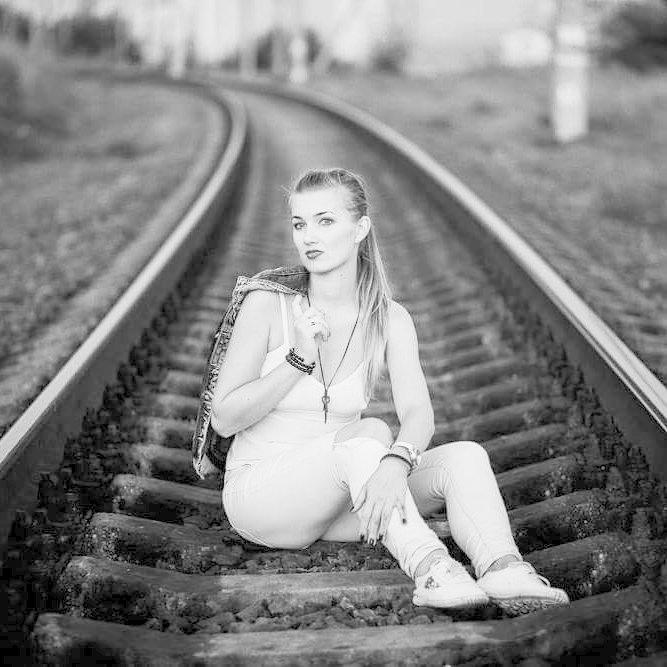В белых брючках вообще самое оно! девушки, на рельсах, поезда, странное, туалеты, юмор