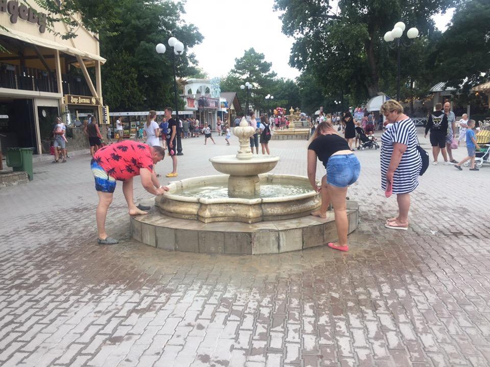 В Евпатории быдло моет ноги в фонтане
