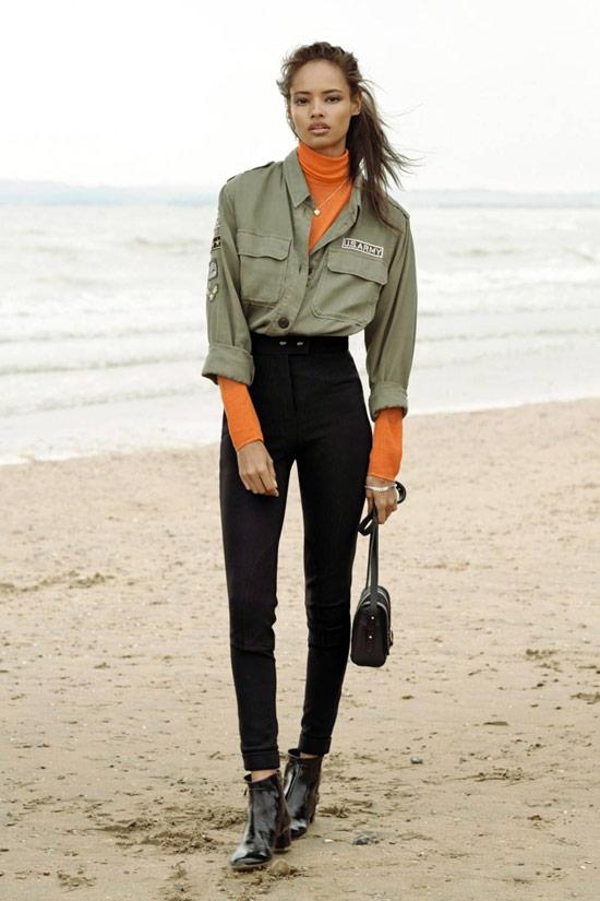 Девушка в черных узких джинсах, оранжевая водолазка и рубашка хаки