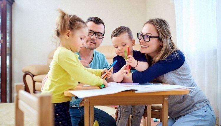 Родители занимаются с детьми дошкольниками