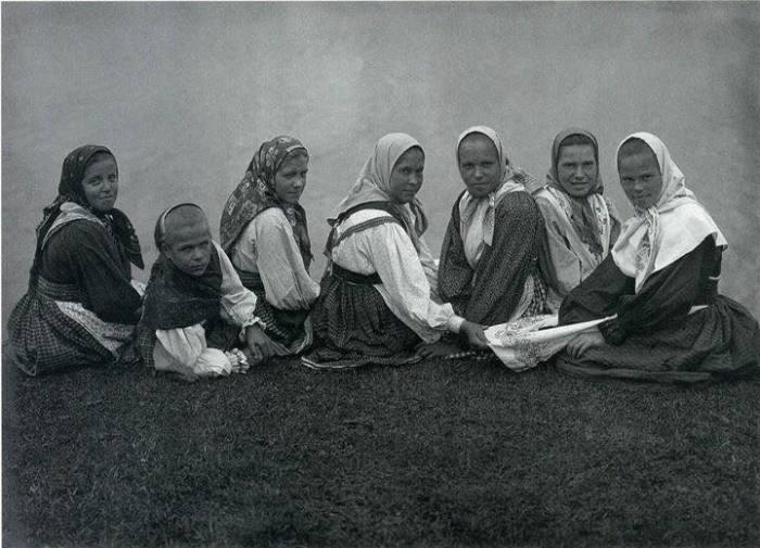 Деревенские девушки на берегу реки в одежде, которая была принята в то время. Автор фотографии: С.А. Лобовикова, 1914-1916 года.