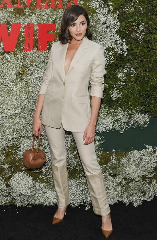 Оливия Калпо в бежевом брючном костюме и коричневые туфли и сумочка