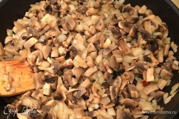 В сотейнике разогреть немного растительного масла. Лук (оставшиеся 2 шт.) порезать мелким кубиком, обжарить до золотистого цвета. Добавить грибы и жарить, пока они не станут покрываться золотистой корочкой. Посолить. Начинку немного остудить.