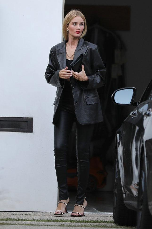 Осенью каждой моднице необходим черный кожаный пиджак