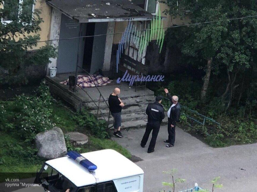 В одном из подъездов жилого дома в Мурманске найдено тело мужчины