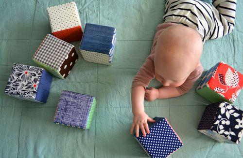 Лоскутные кубики. Развивающие игрушки