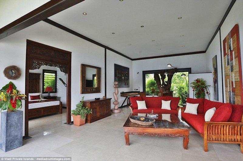 Жилая зона: плюшевые диваны, декор в природном стиле и прекрасный вид из окна на зеленую часть острова ynews, остров, продается, продается остров, рай, райское место, тихий океан, тропический курорт